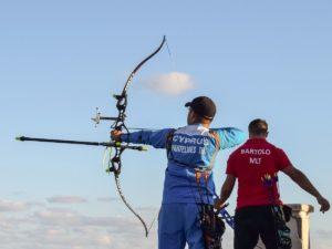 Zwei Bogenschützen mit olympischen Recurvebögen beim Schießen.
