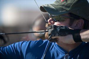 Ein Bogenschütze beim Zielen