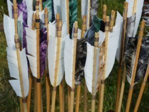 Holzpfeile für das Bogenschießen.