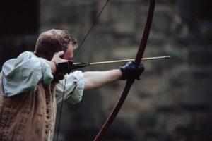 Bogenschütze zielt ohne Visier (Bild)
